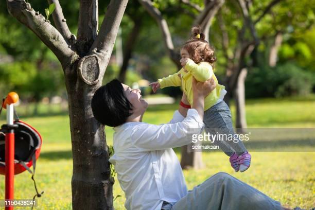 Madre y niña teniendo buen tiempo en el parque público