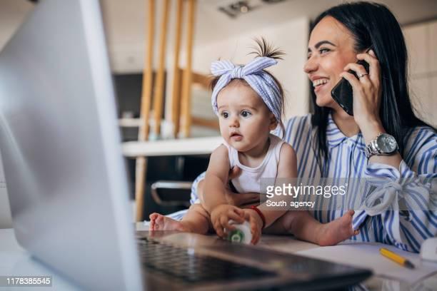 moeder en baby meisje samenwerken - flexplekken stockfoto's en -beelden