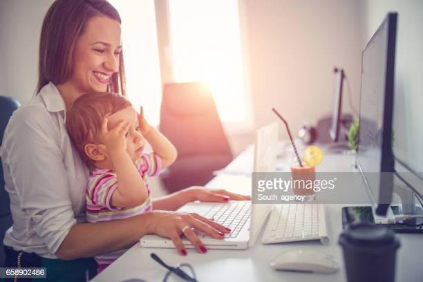 Mutter und Baby im Büro