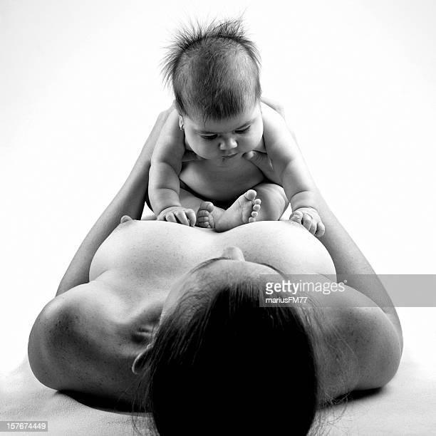 mãe e bebê - bebe pelado preto e branco - fotografias e filmes do acervo