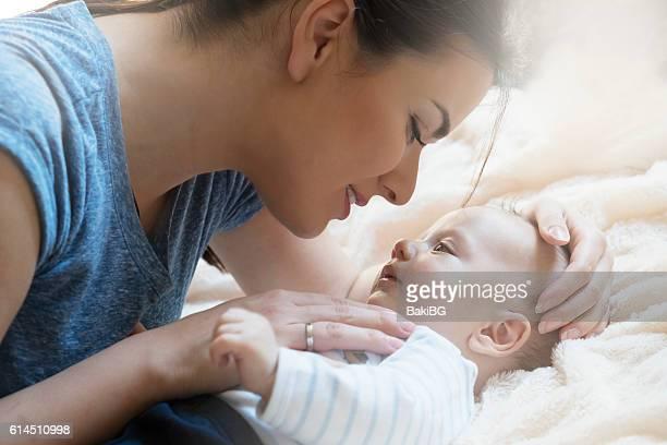madre e bambino  - faccia a faccia foto e immagini stock
