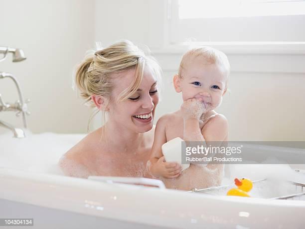 madre y bebé tomando un baño de burbujas - darse un baño fotografías e imágenes de stock