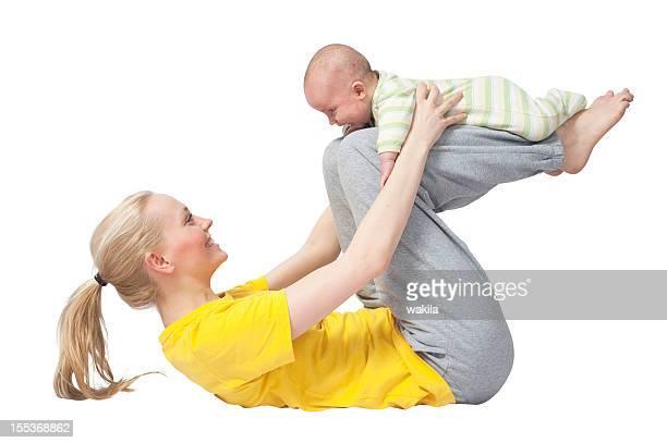 Mère et bébé yoga sur le torse fond blanc