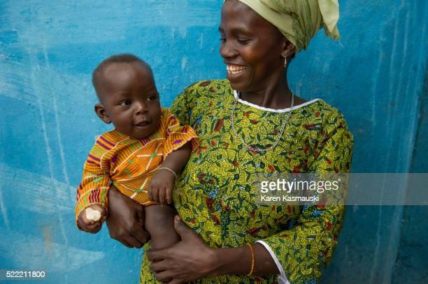 mother and child at sierra leone clinic - シエラレオネ ストックフォトと画像