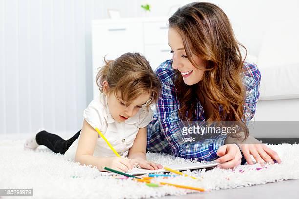 Mutter und Kind malen Farben buchen.