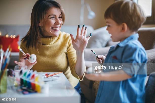 mère et enfant avoir des oeufs de pâques colorier amusant - chasse aux oeufs de paques photos et images de collection