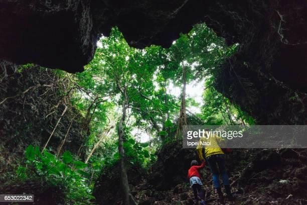 mother and child hiking in jungle cave, iriomote, japan - freizeitaktivität im freien stock-fotos und bilder