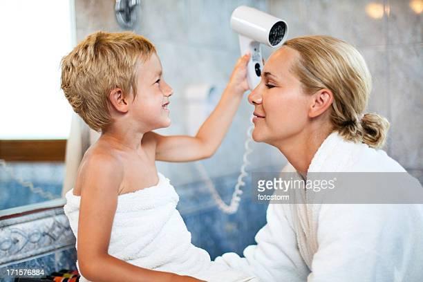 Mutter und Kind im Badezimmer