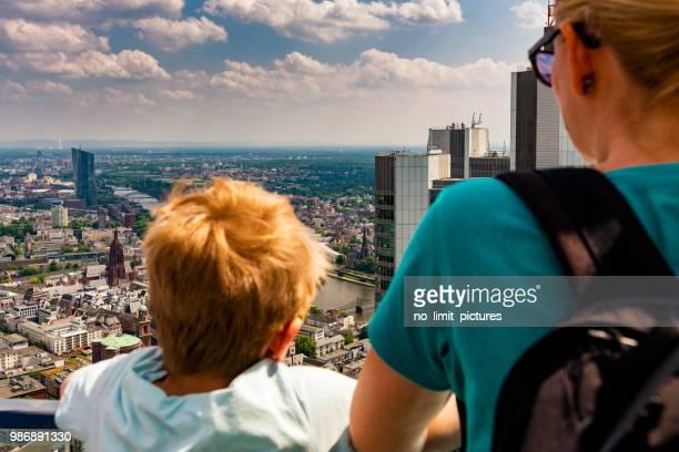 mor och barn tittar över frankfurt - frankfurt main bildbanksfoton och bilder
