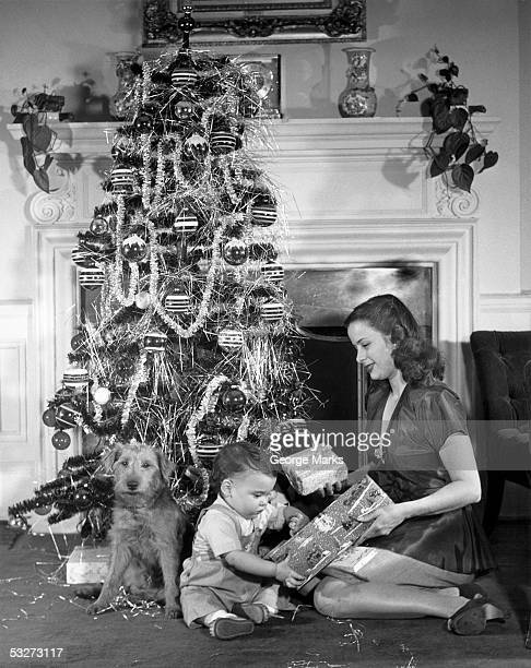 mother and child opening christmas gifts - noel noir et blanc photos et images de collection