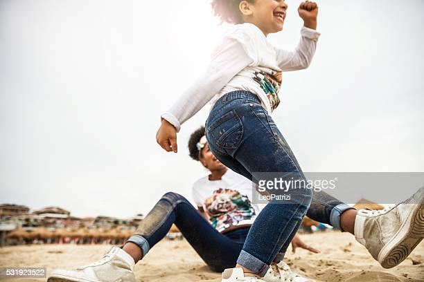 Mãe e filho a jogar juntos comemorar