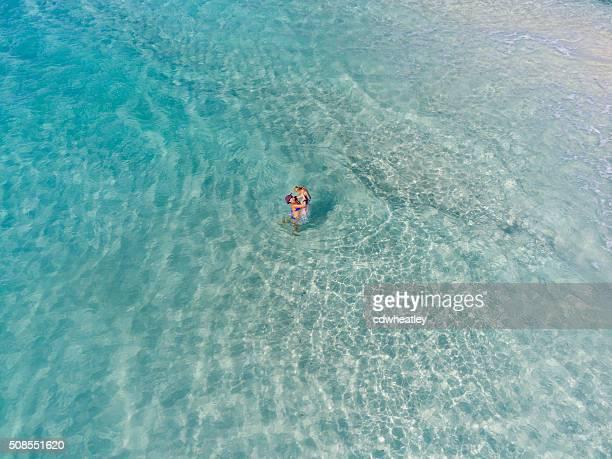 Madre y niños jugando tropical de agua