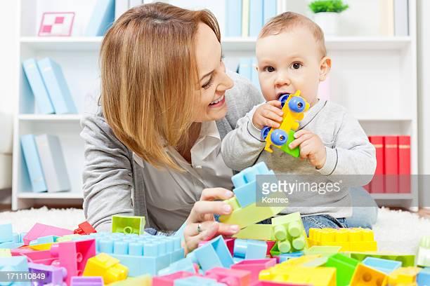 Mère et Enfant jouant avec des blocs de construction