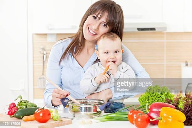 Mère et enfants préparent un repas équilibré