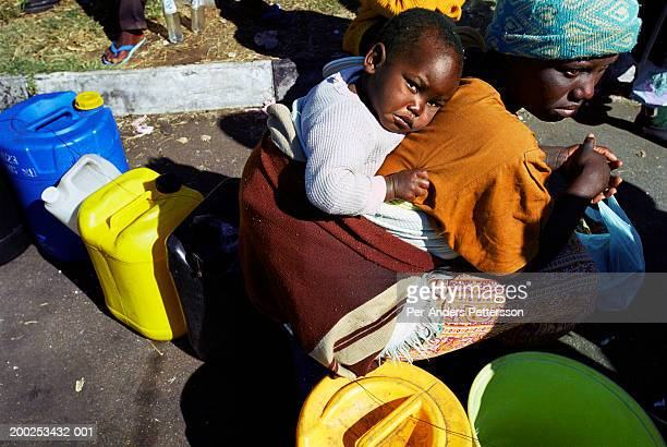 mother and child queue for paraffin in central harare, zimbabwe - per-anders pettersson stock pictures, royalty-free photos & images