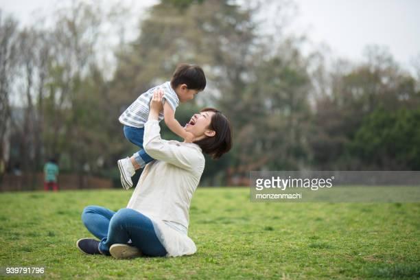 母と子のリラックスと公園で遊んで