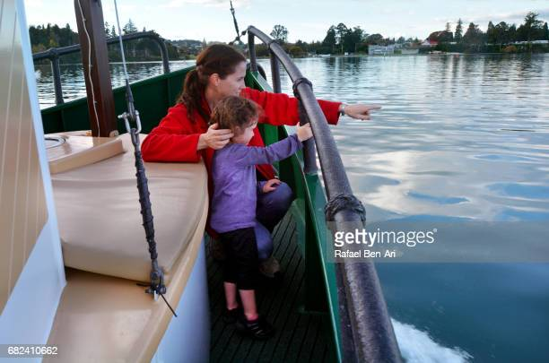 mother and child sail on a yacht over lake taupo new zealand - rafael ben ari stockfoto's en -beelden