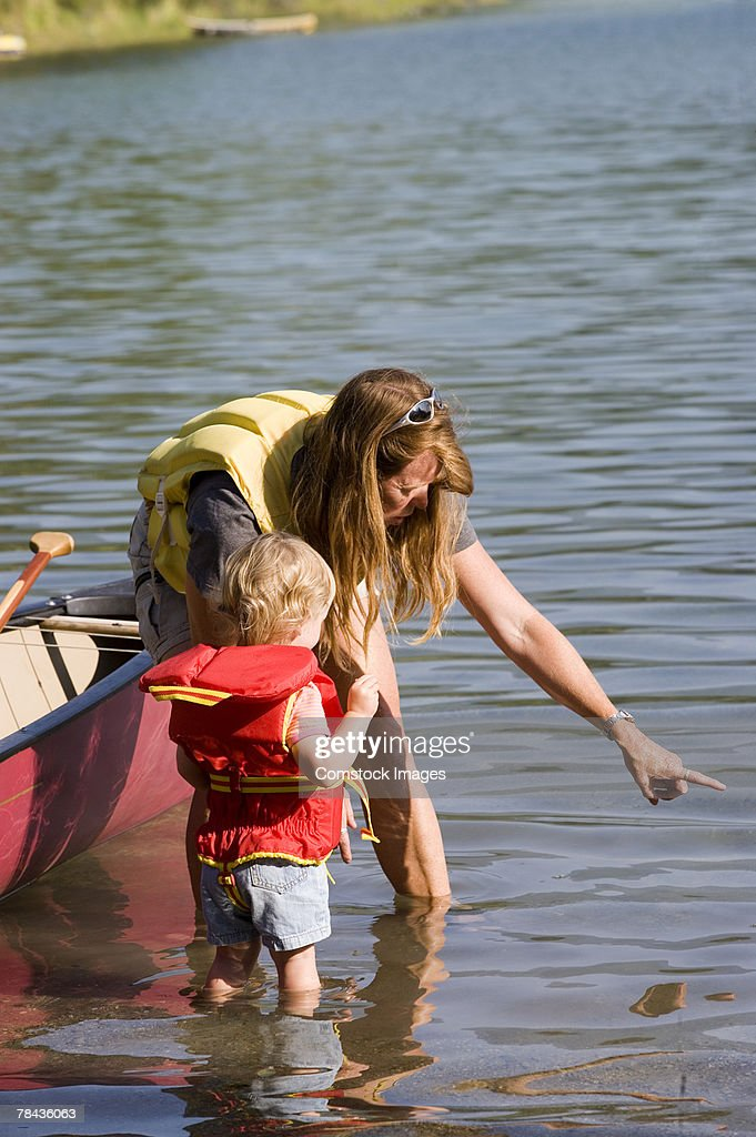 Mother and child standing in water : Stockfoto