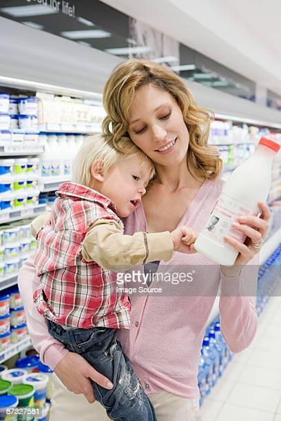 Mãe e filho com leite