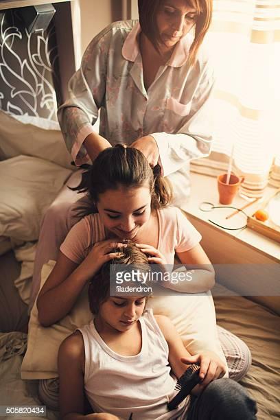 mãe e filhos pentear cabelo - penteando - fotografias e filmes do acervo