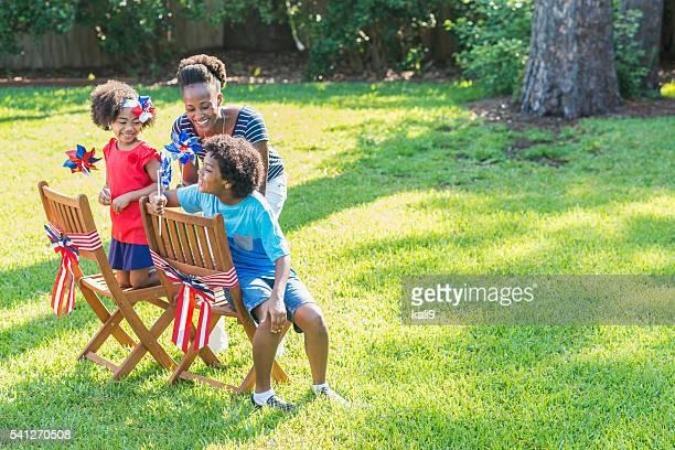 madre e bambini in onore di quarto di luglio - happy independence day foto e immagini stock