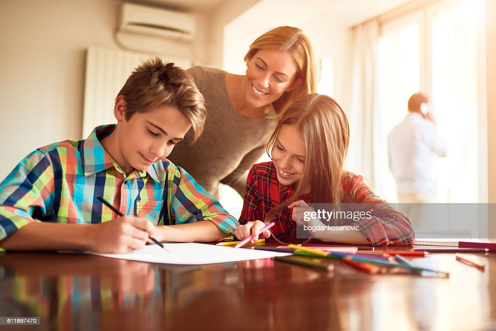 Mother and children doing homework : Stock-Foto