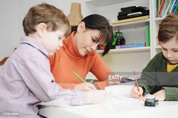 Mutter und Kinder, die Zeichnung zusammen