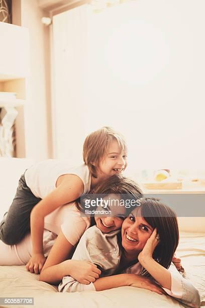 Mère et enfants s'amusant à la maison