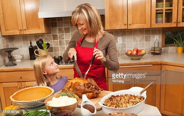 Madre y niños ayuda a servir Thanksgiving Turkey Hz