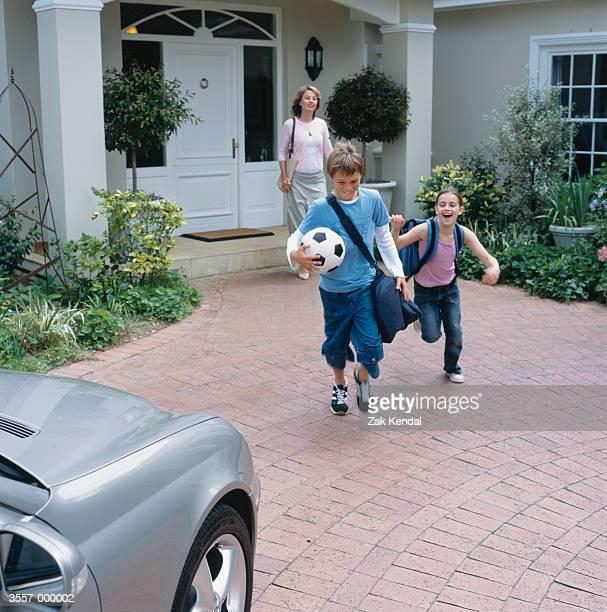 mother and children leaving - ドライブウェイ ストックフォトと画像