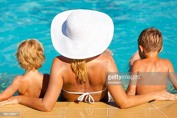 Mère et enfants se détendre dans la piscine
