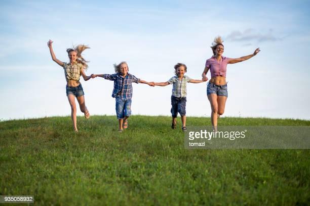 Mutter und Kinder laufen