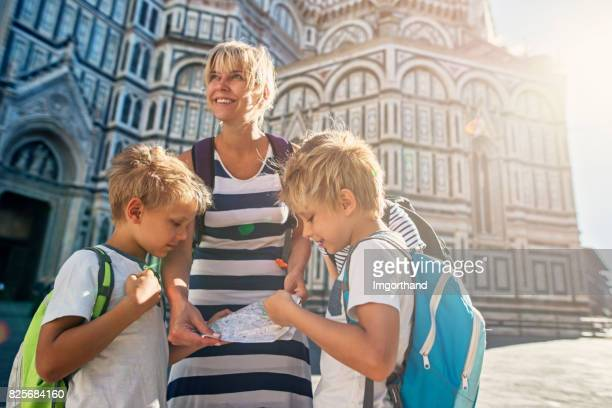 Mutter und Kinder Tourist in Florenz, Italien