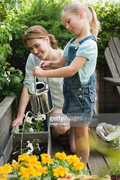 Une mère et sa fille, et jardin
