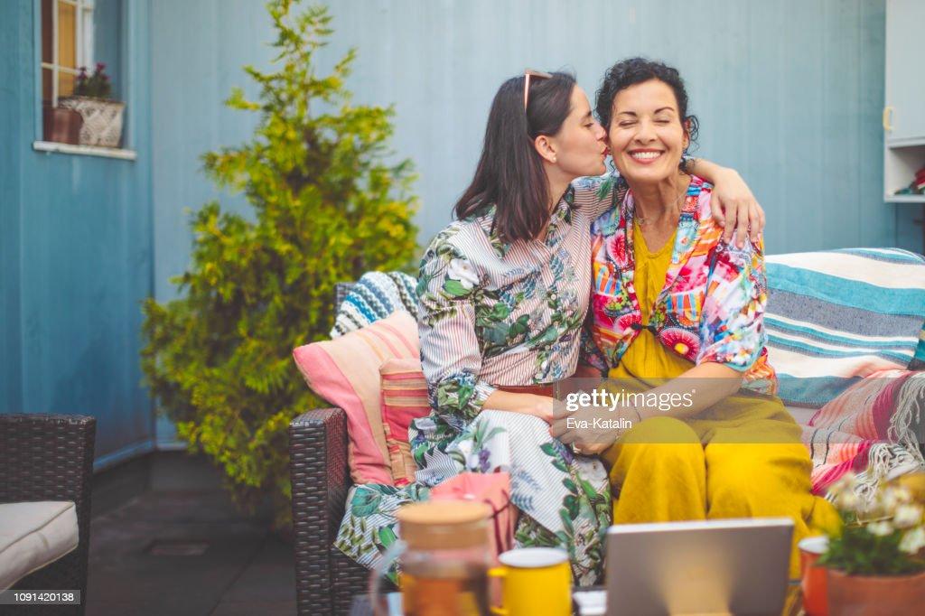 Mère et fille sont embrassant mutuellement : Photo