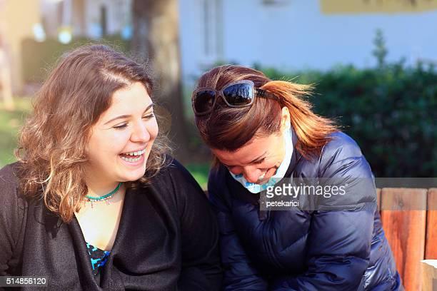 Mutter und Tochter sind Spaß haben unterhalten