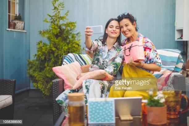 mãe e filha estão tomando selfies - dia das maes - fotografias e filmes do acervo