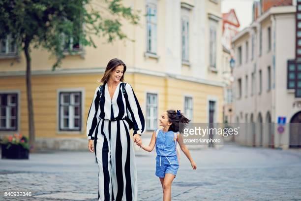 Moeder en dochter lopen samen in een kleine stad