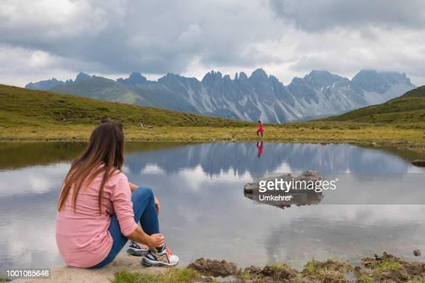 Mutter und Tochter an einem Bergsee