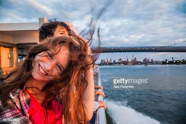 Madre e figlia in traghetto sul fiume Hudson