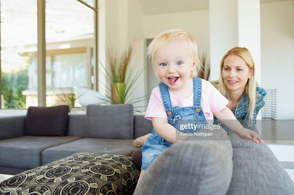 Mother and daughter (12-23 months) at home : Foto de stock