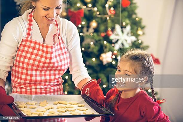 Mère et fille de cuire les cookies de Noël