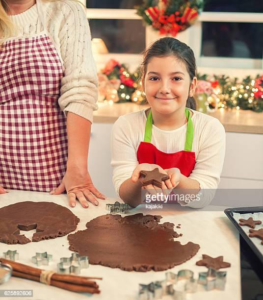Madre e hija hornear galletas de Navidad