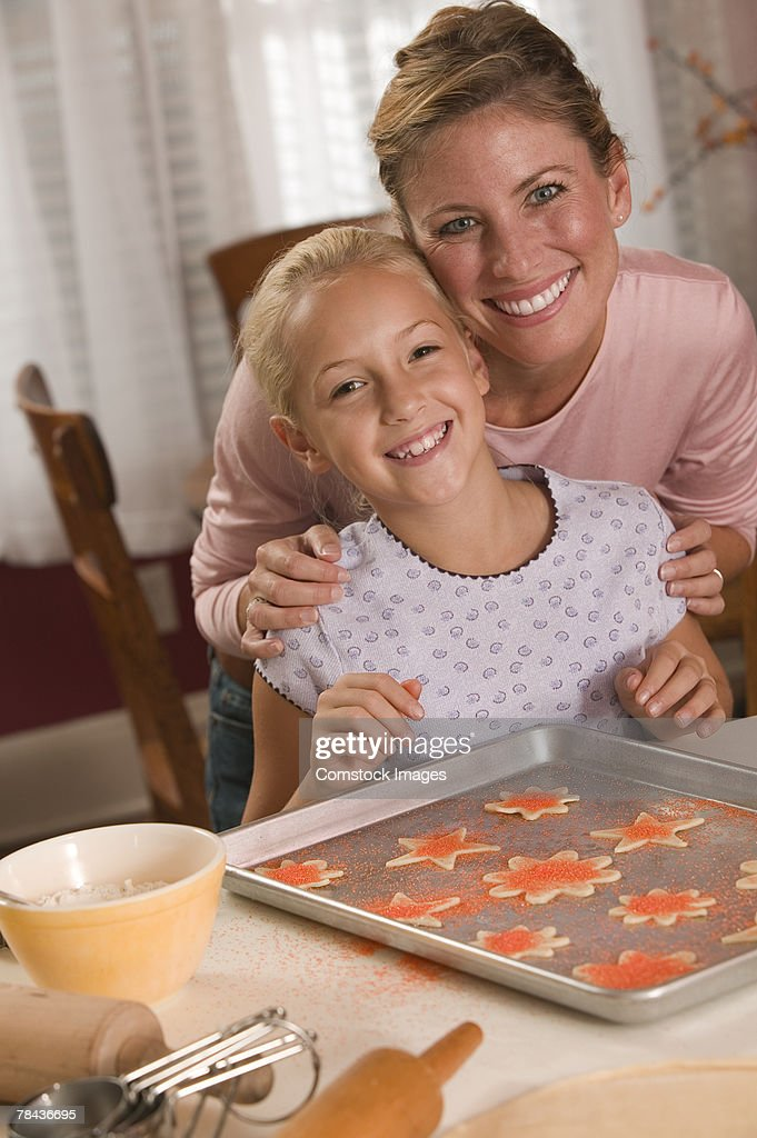 Mother and daughter baking cookies : Stockfoto