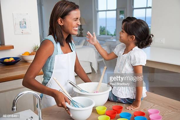 Madre e hija cocinar cupcakes en la cocina