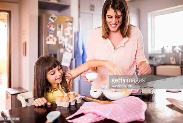 母と娘水入らずでケーキ作り