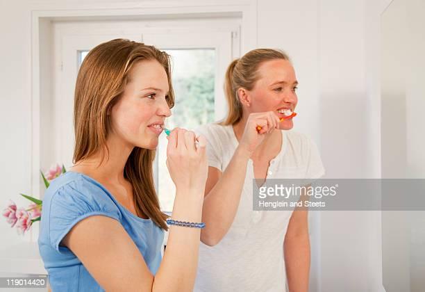 Mutter und Tochter Zähne putzen
