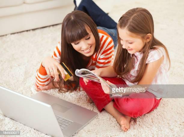 母と娘を購入するインターネットアクセス。