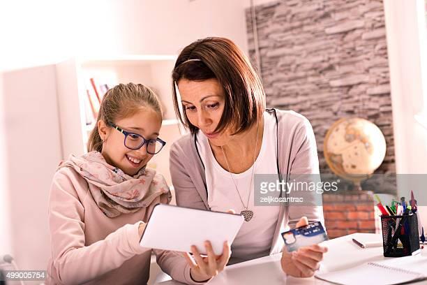 Mère et fille acheter sur internet.