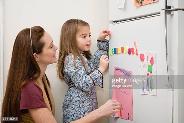 Mutter und Tochter mit Kühlschrank